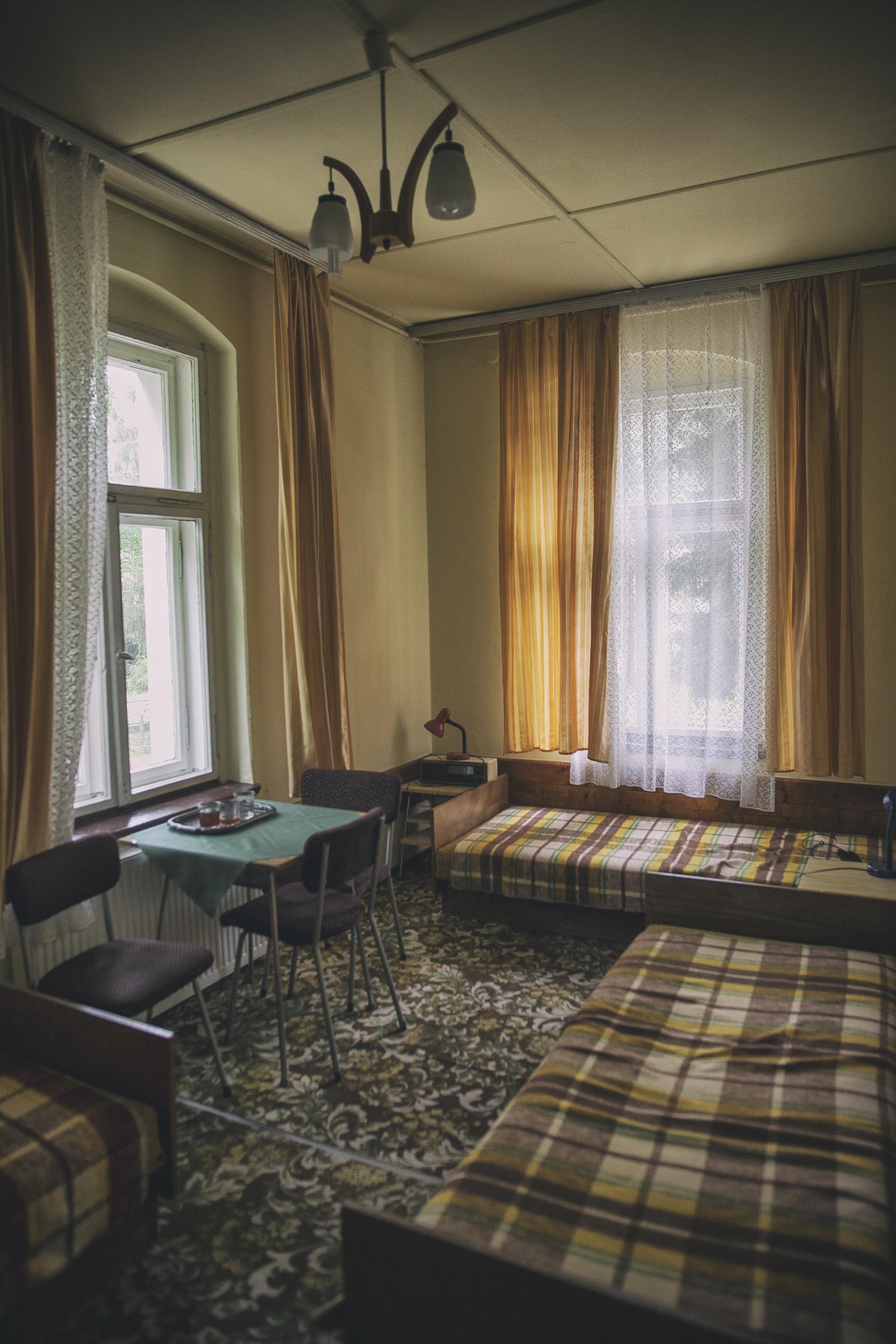 Pokoje w schronisku to doskonale zachowane lata 70-te PRL. Prawdziwa perełka :)